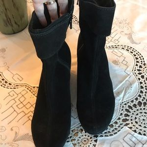 LA CANADIENNE black suede Hovercraft ankle boots